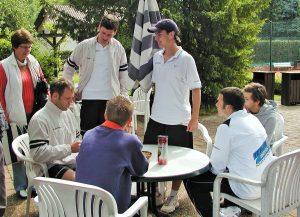 Tennisspieler auf ihrer Tennisreise durch Frankreich